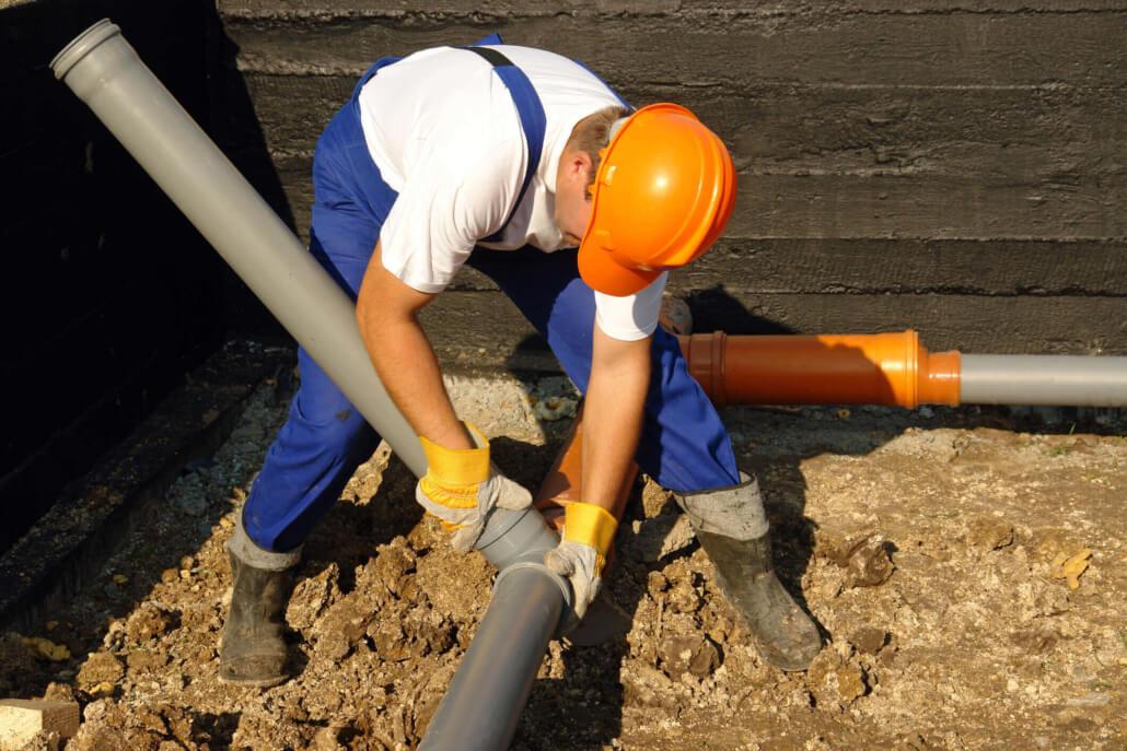 Na Fotke Môžete Vidieť údržbára, Ktorý Opravuje, Resp. Vymieňa Kanalizáciu.